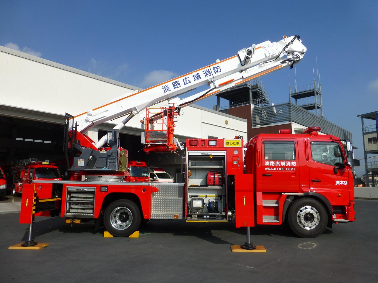 屈折はしご付消防自動車(展開)